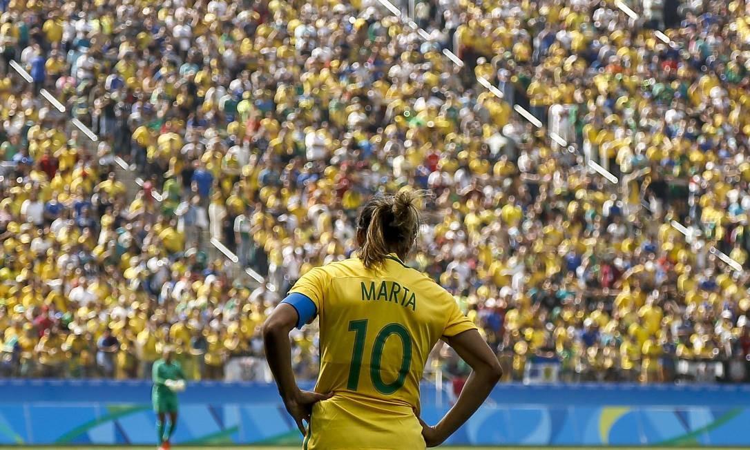 Marta diante do público que lotou o Itaquerão na decisão do bronze, que o Brasil perdeu para o Canadá Foto: MIGUEL SCHINCARIOL / AFP