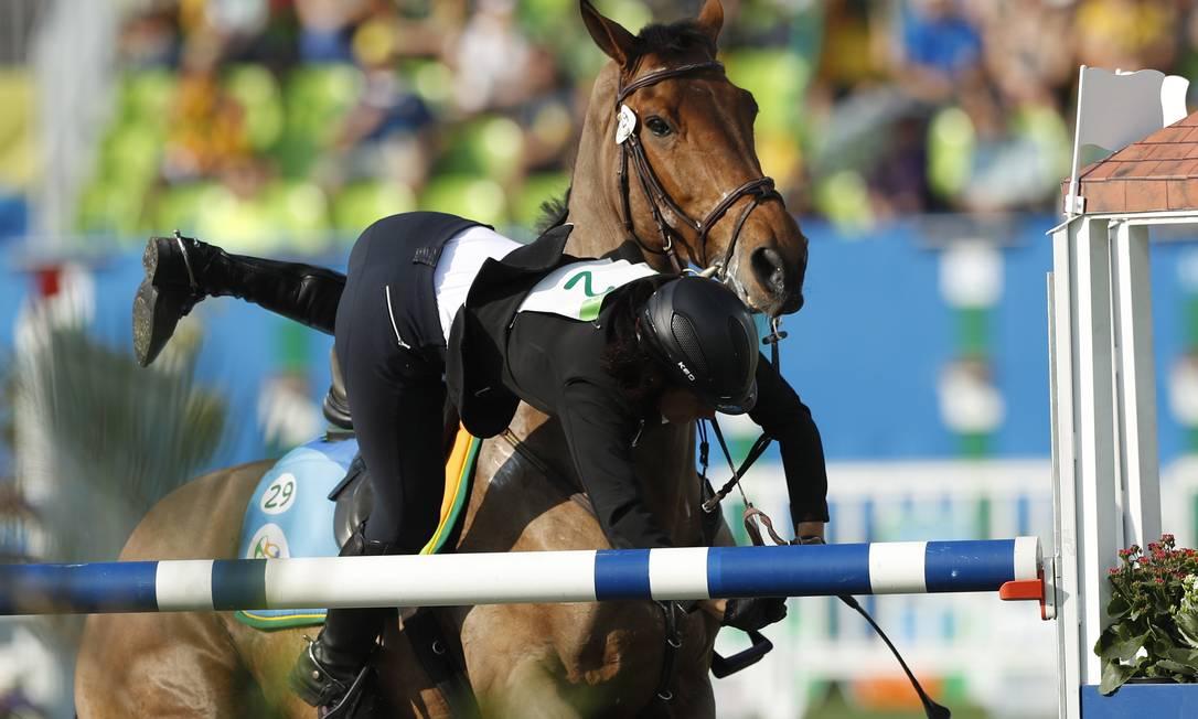 lke Ozyuksel, que é egipcia, também sofreu com o seu cavalo e caiu Jorge William / Agência O Globo