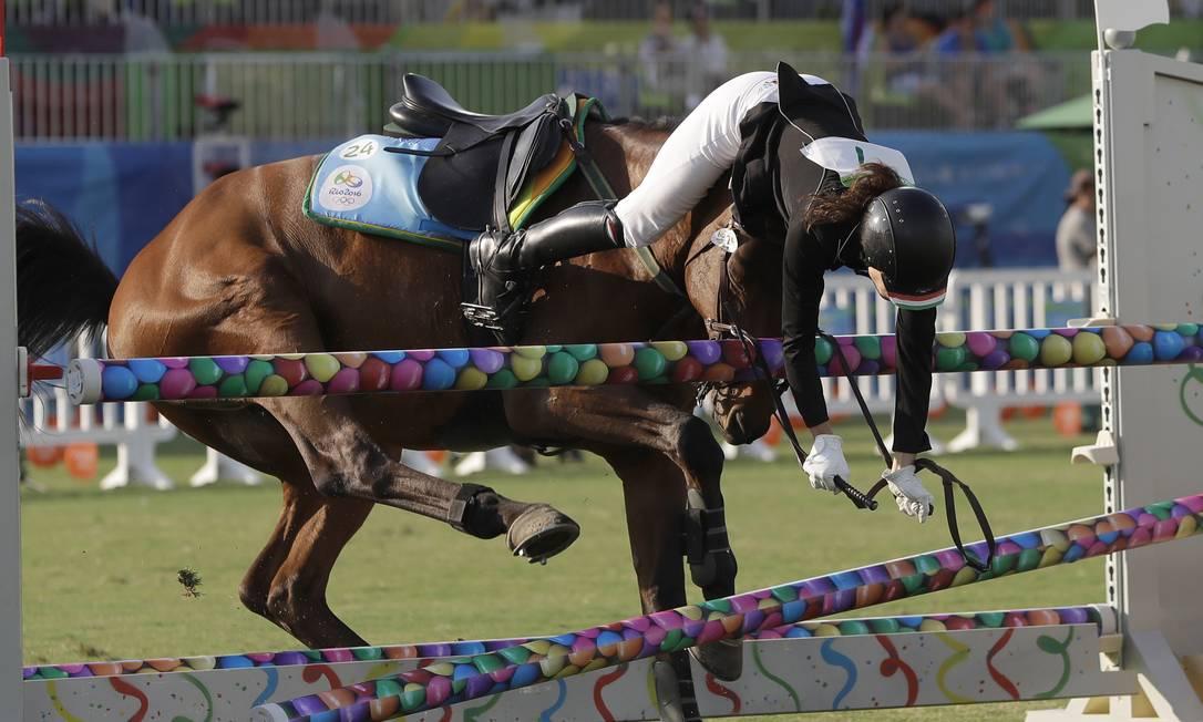 A cavaleira da Hungria, Zsofia Foldhazi, sofre com o refugo de seu cavalo na prova de Hipismo do Pentatlo Moderno Kirsty Wigglesworth / AP