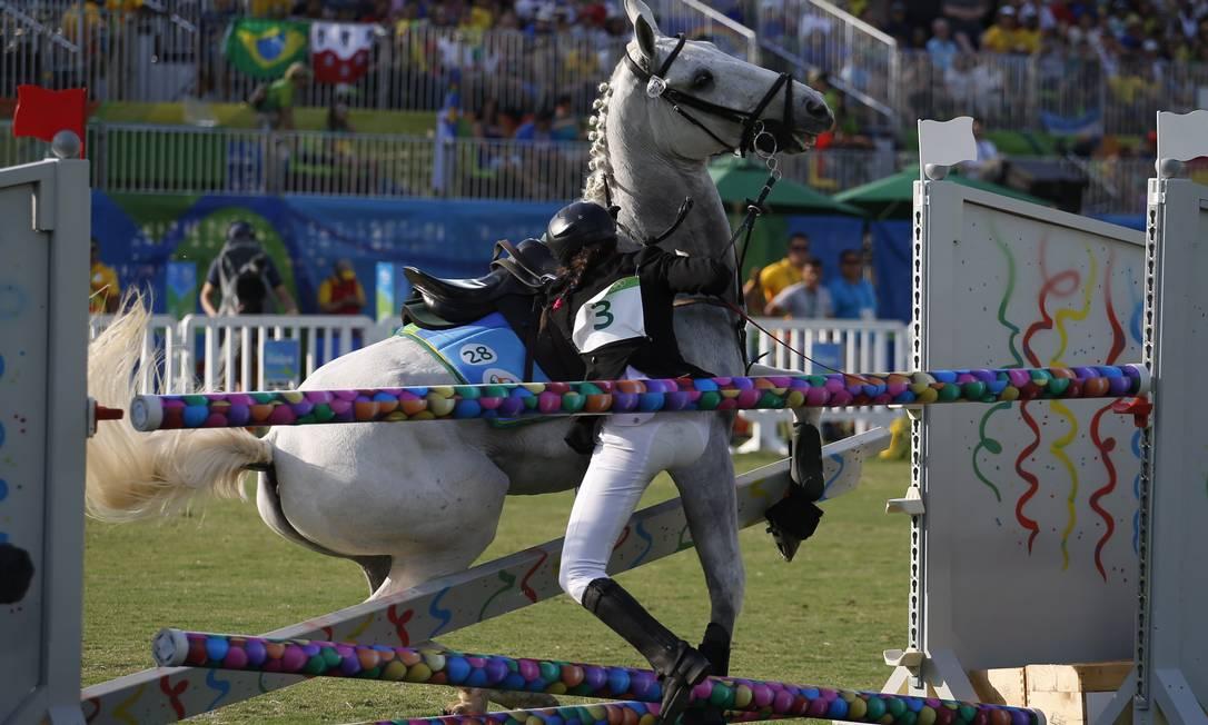 lke Ozyuksel motava o cavalo Harry Potter, homenagem ao personagem infantil Jorge William / Agência O Globo