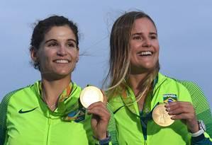 As velejadoras Martine Grael e Kahena Kunze comemoram a medalha de ouro Foto: William West / AFP / 18-8-2016