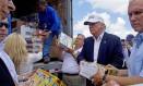 Ajuda na Louisiana. Trump (de boné) e seu candidato a vice, Mike Pence (à direita), distribuem produtos a vítimas de inundações no estado, um dia após mea-culpa e pedido de desculpas Foto: Max Becherer/AP