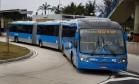 """O sistema BRT colocou em circulação algumas unidades do veículo conhecido como """"minhocão"""", que tem 28 metros de comprimento e comporta 270 passageiros Foto: Guito Moreto / Agência O Globo"""