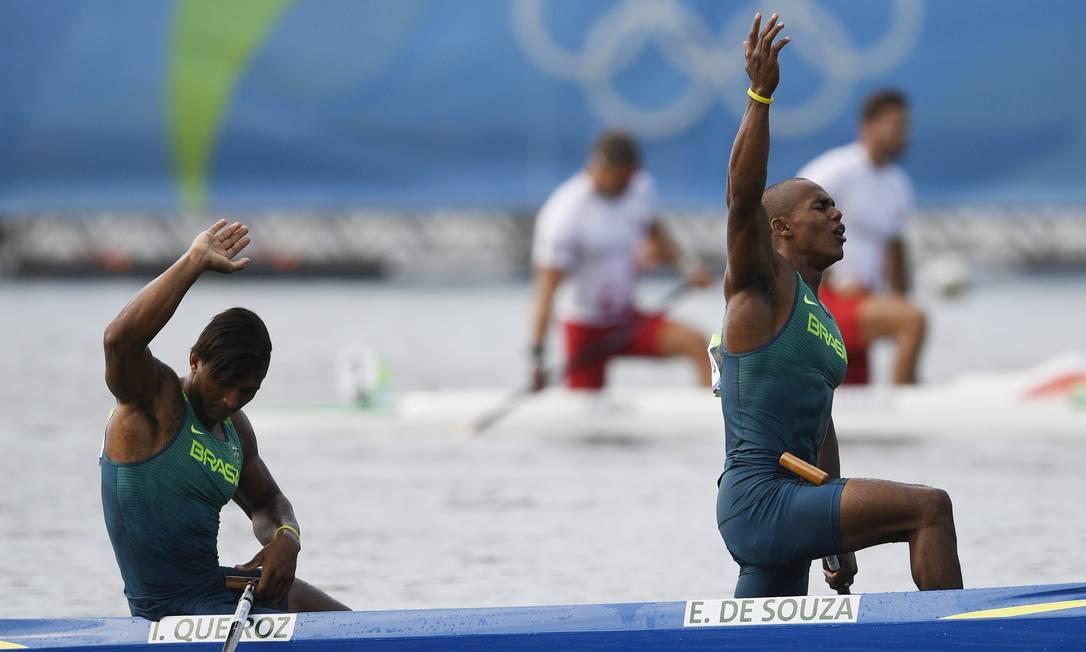 Trata-se da primeira medalha olímpica de Erlon e do terceiro pódio de Isaquias na mesma edição — um recorde para o Brasil DAMIEN MEYER / AFP