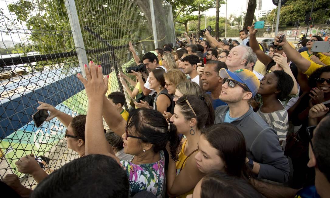 Centenas de pessoas se aglomeram perto da raia olímpica para torcer Márcia Foletto / Agência O Globo