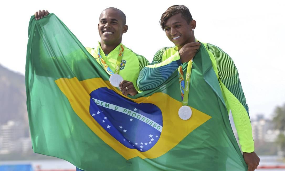 Campeões mundiais da prova, Isaquias Queiroz e Erlon de Souza conquistaram a prata nos 10.000m da canoa dupla MURAD SEZER / REUTERS