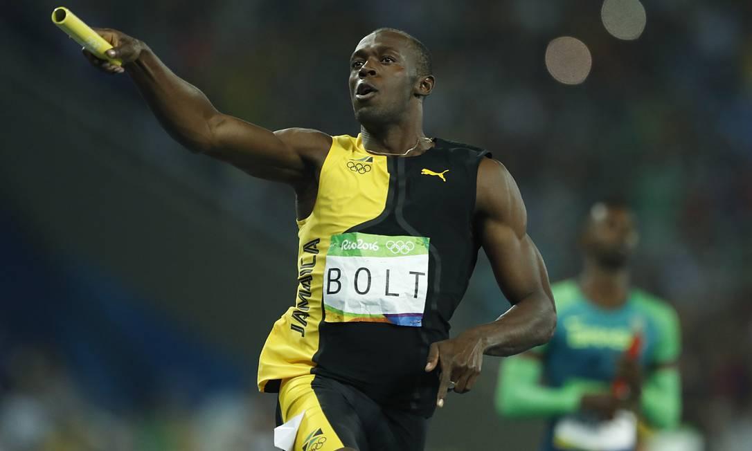 O astro do atletismo fecha a prova dos jamaicanos, que conquistaram o lugar mais alto do pódio com o tempo de 37s27 Jorge William / Agência O Globo