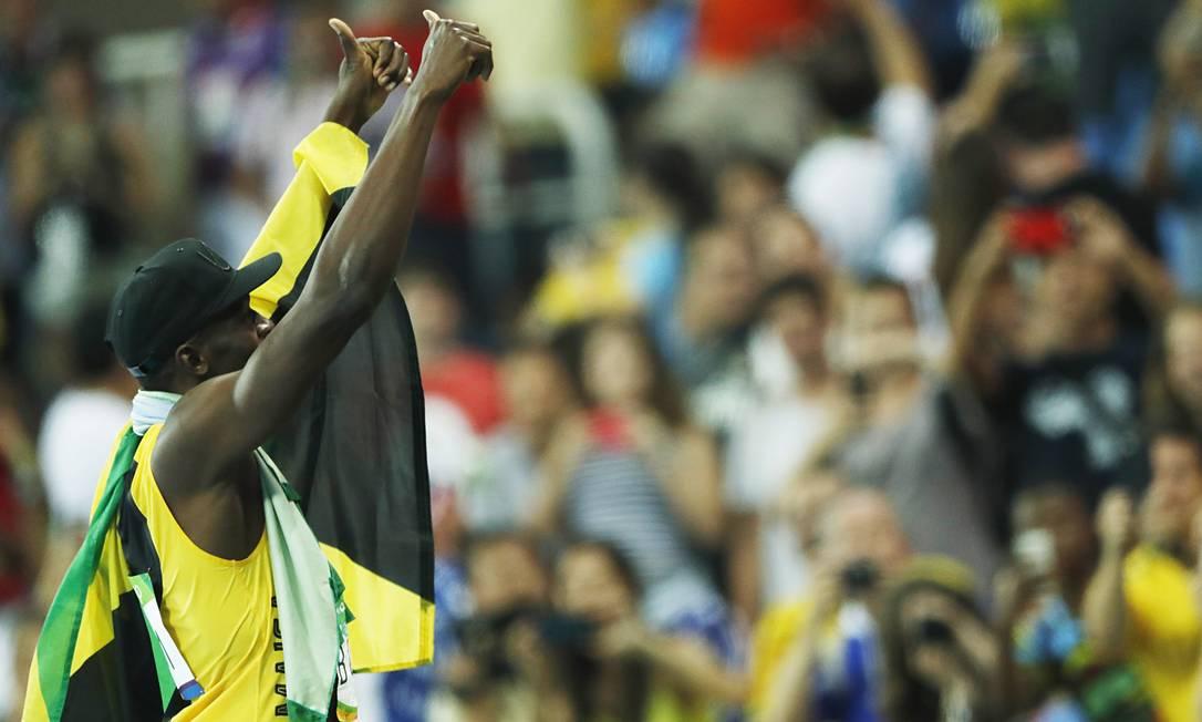 Bolt faz a festa da torcida brasileira no Estádio Olímpico Jorge William / Agência O Globo