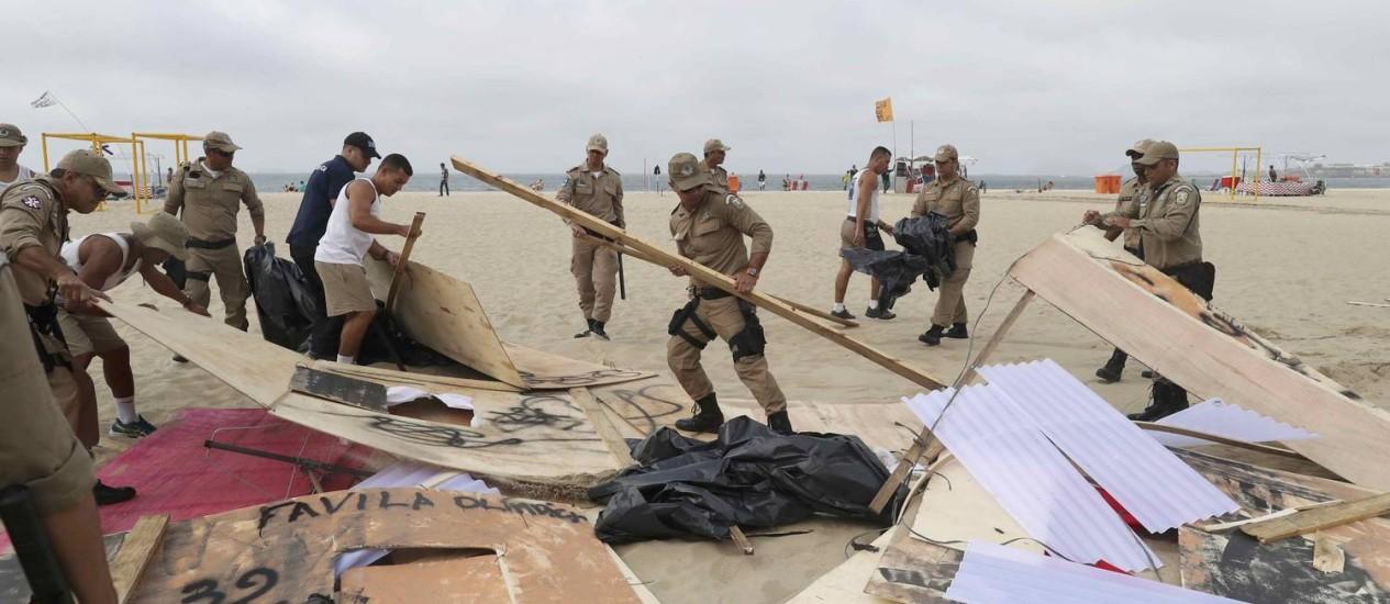 Prefeitura remove instalações de manifestação da ONG Rio de Paz Foto: RICARDO MORAES / REUTERS