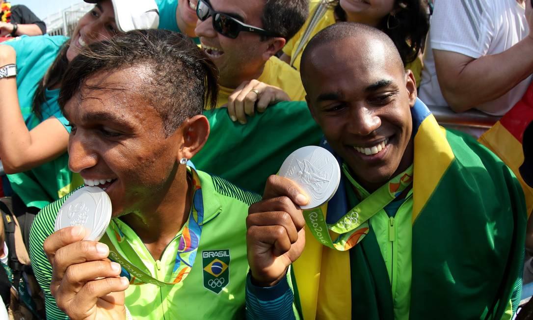 Isaquias Queiroz e Erlon de Souza conquistaram a prata nos 10.000m da canoa dupla Marcelo Carnaval / Agência O Globo