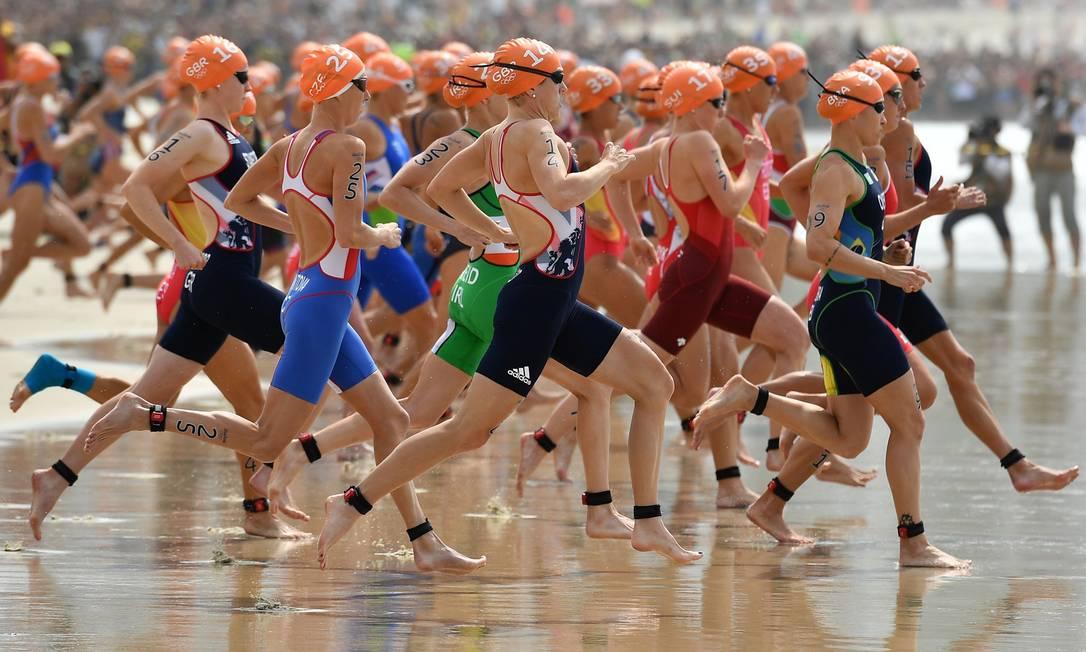 Triatletas correm para a prova no mar Leon Neal / AFP