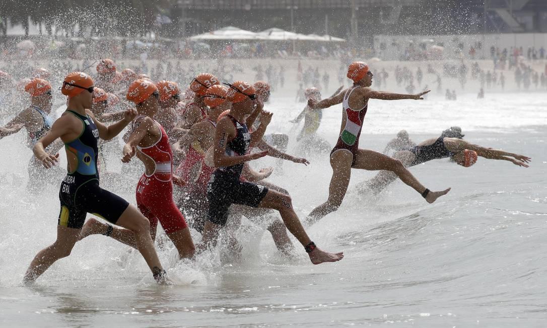 Triatletas entram na água no Forte de Copacabana Gregory Bull / AP