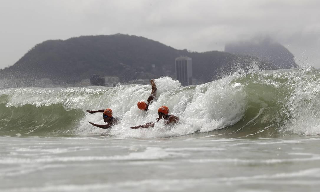 Competidoras furam onda perto da chegada David Goldman / AP