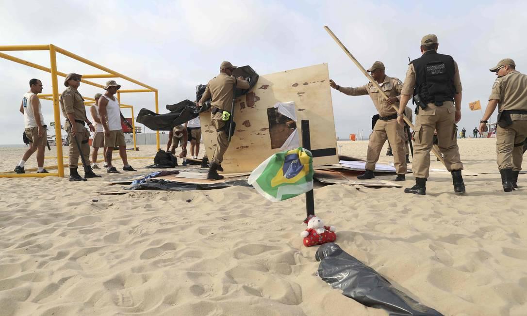 Guardas retiram os barracos instalados na areia em protesto contra os Jogos Ricardo Moraes / Reuters