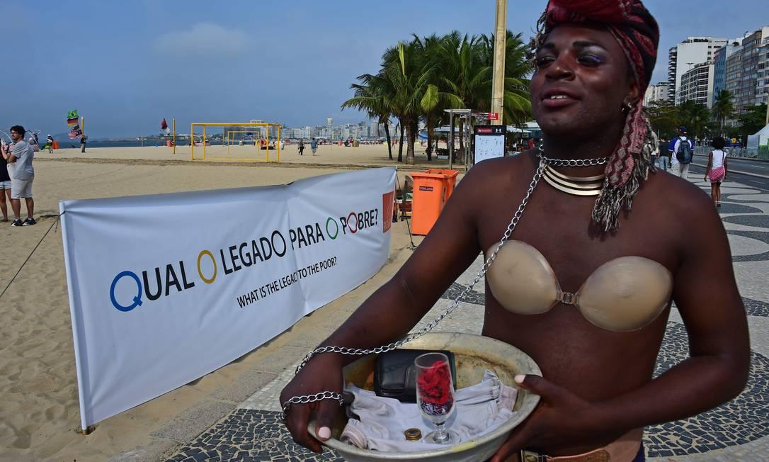 """Faixa exibida na areia peguntava: """"Qual o legado para o pobre?"""" Tasso Marcelo / AFP"""