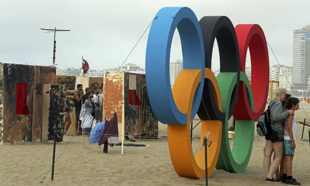 Protesto foi feito próximo aos aros olímpicos instalados na areia Ricardo Moraes / Reuters
