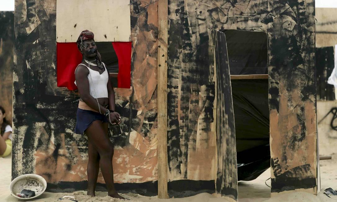 Ato na areia da praia simulava as casas de favelas Ricardo Moraes / Reuters