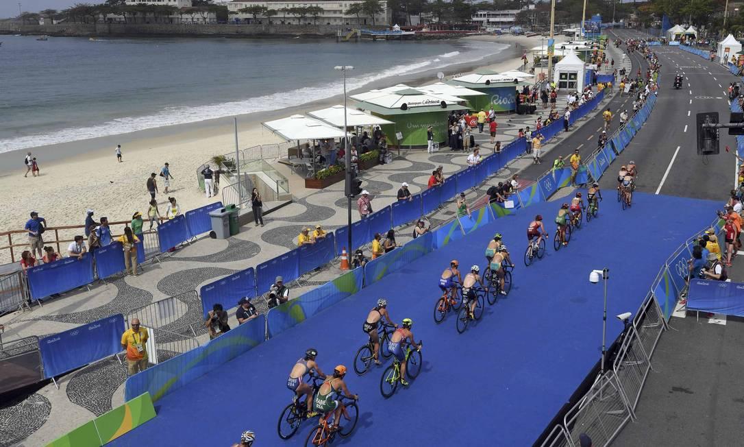 As triatletas partem para os 40km de ciclismo TOBY MELVILLE / REUTERS