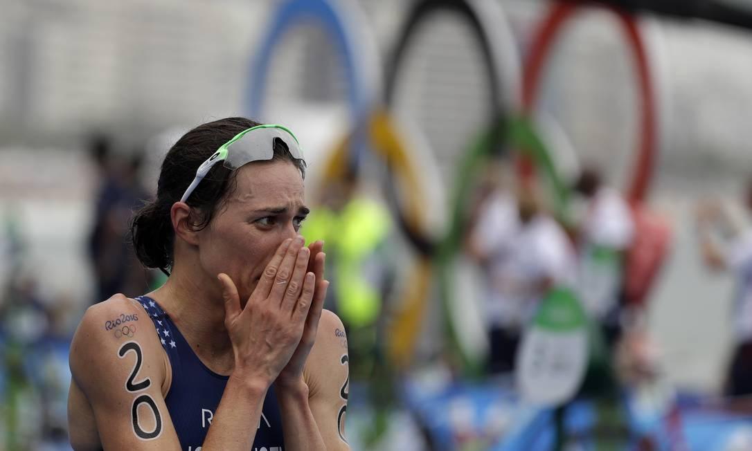 A americana Gwen Jorgensen emocionada ao vencer o Triatlo feminino Gregory Bull / AP