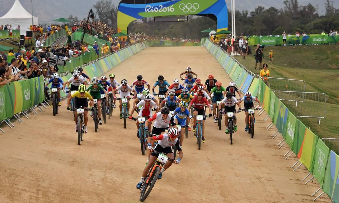 A suíça Jolanda Neff larga na frente na prova de ciclismo cross-country, disputada na tarde deste sábado PASCAL GUYOT / AFP