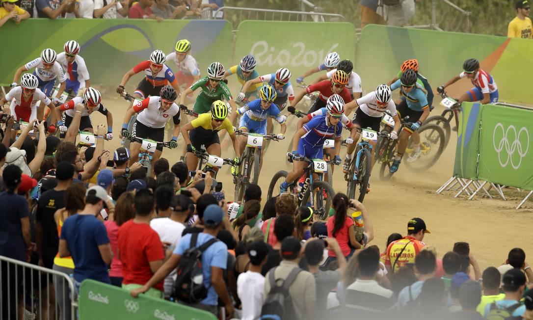 Ciclista de mountain bike competem no circuito, na Vila Militar, Zona Oeste do Rio Victor R. Caivano / AP