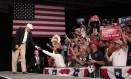 Donald Trump cumprimenta apoiadores durante comício em Michigan Foto: BILL PUGLIANO / AFP