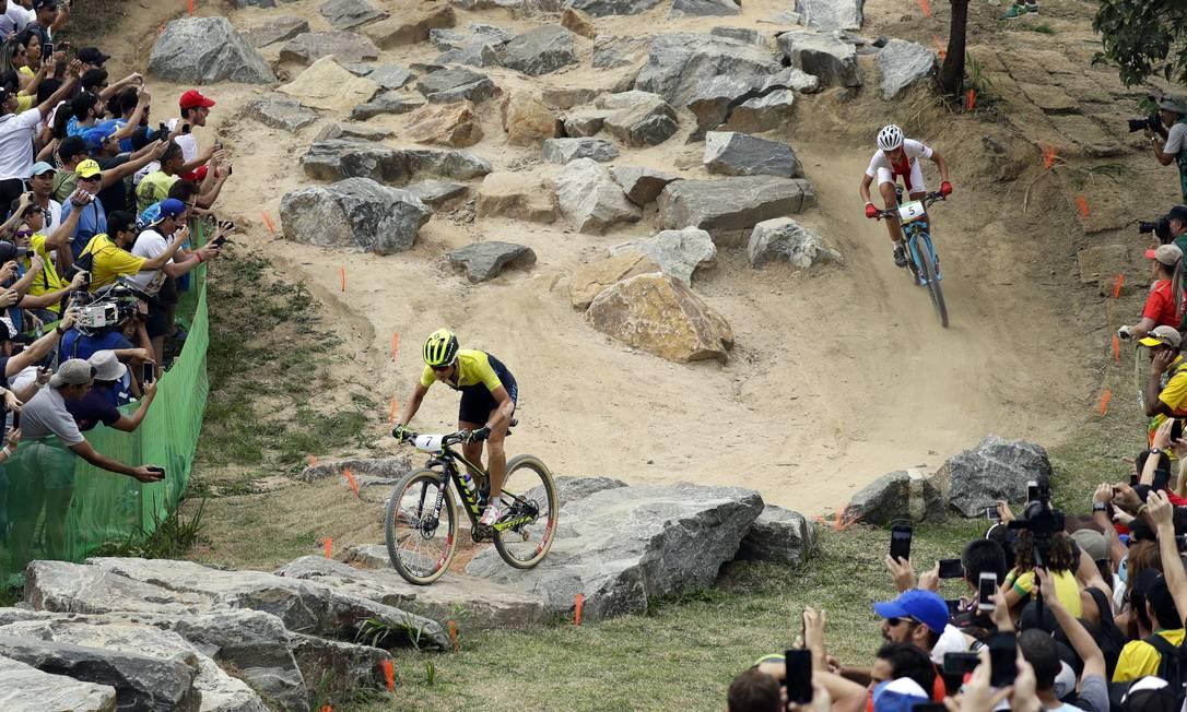 Jenny Rissveds da Suécia seguida por Maja Wloszczowska da Polónia no cross-country de mountain bike feminino Pavel Golovkin / AP
