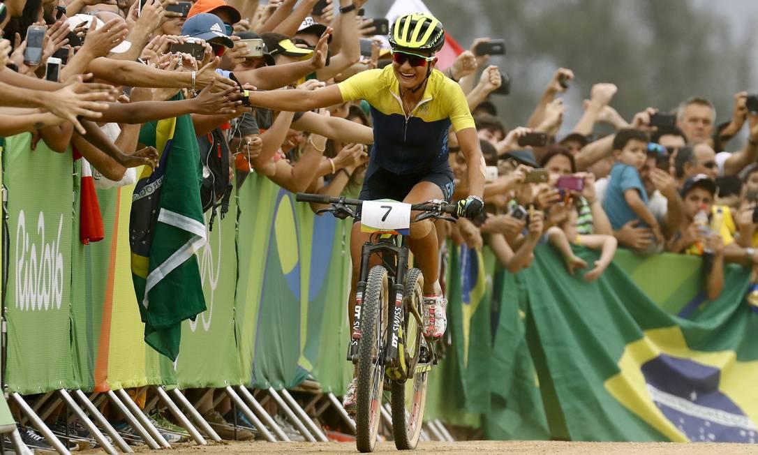 Jenny Rissveds da Suécia comerera junto ao público a conquista da medalha de ouro no cross-country de mountain bike feminino Patrick Semansky / AP