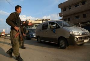 Forças curdas inspecionam ve´ículos no Nordeste da Síria Foto: DELIL SOULEIMAN / AFP
