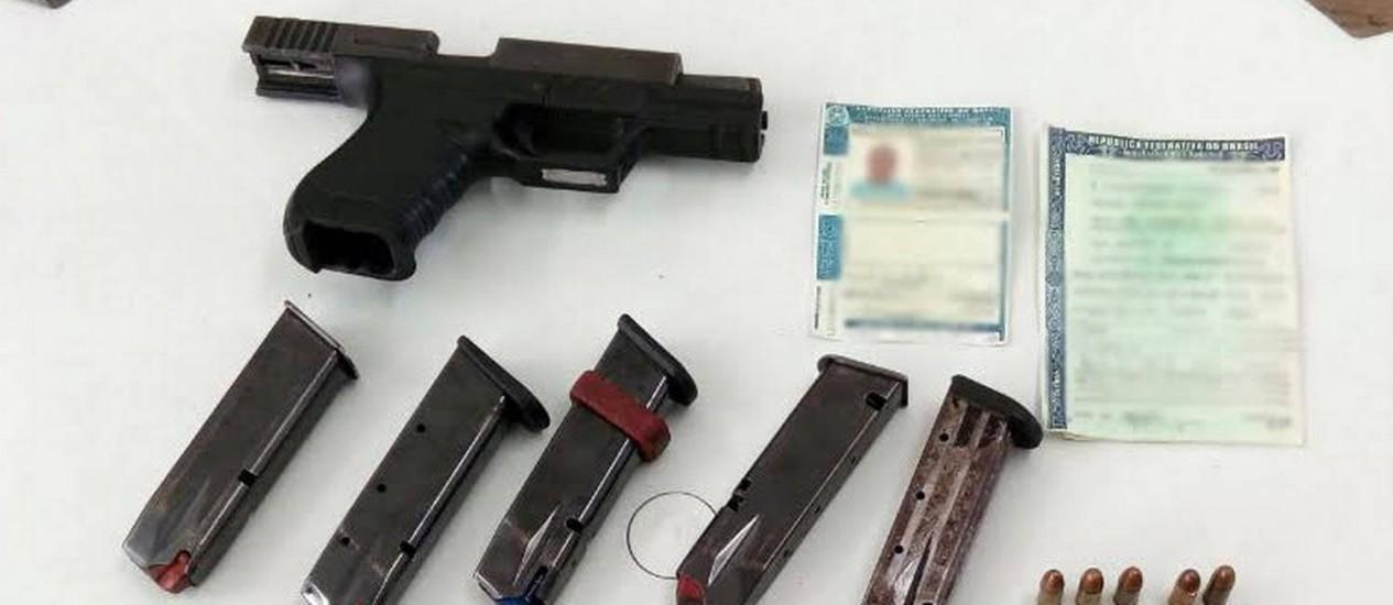 Homem confessou ter comprado a pistola por R$ 10 mil Foto: Divulgação / Polícia Rodoviária Federal