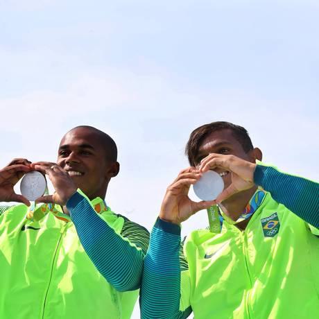 Isaquias Queiroz (à direita) e Erlon de Souza Silva comemoram a medalha de prata ganha na C2 1.000m Foto: Clayton de Souza / Estadão/NOPP