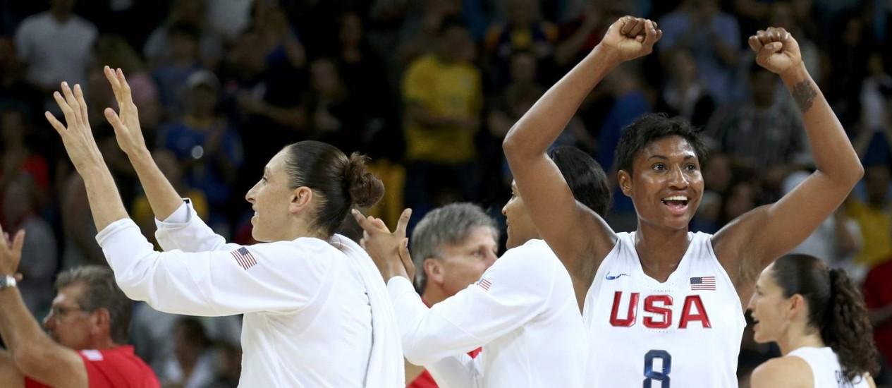 As americanas Diana Taurasi e Angel McCoughtry comemoram a conquista do ouro, depois de derrotar a Espanha Foto: SHANNON STAPLETON / REUTERS