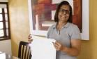 Incolor. Angela Macedo, que mora em Itaipu, Niterói: com água encanada, roupa branca passou a ser lavada em casa Foto: O Globo / Fernando Lemos