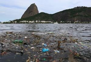 """Maré suja. Apesar do avanço, 49% do esgoto na área que impacta a Baía de Guanabara ainda não têm tratamento Foto: """"Extra"""" / 2-3-2016 / Roberto Moreyra"""