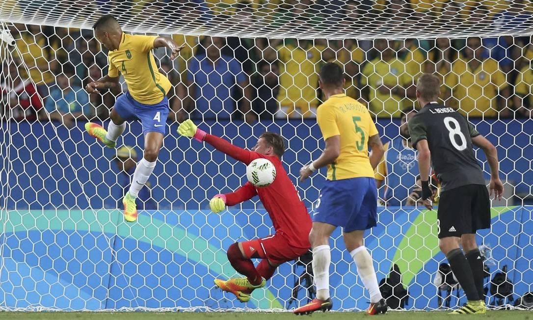Lance na área da Alemanha, e o goleiro Timo Horn se estica para evitar o gol do zagueiro brasileiro Marquinhos (4) UESLEI MARCELINO / REUTERS