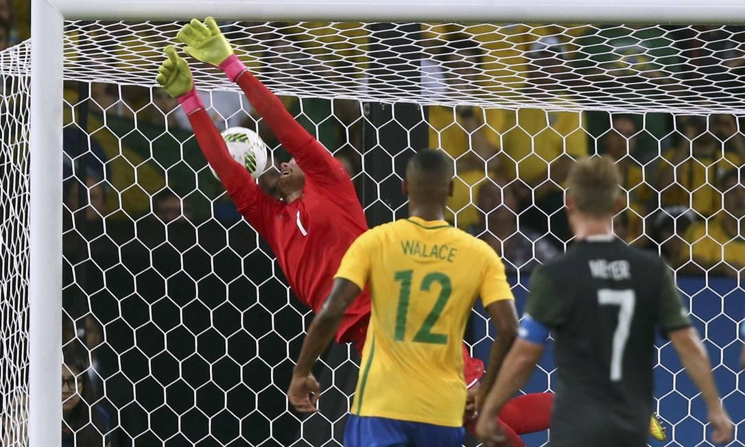 """Golaço de falta de Neymar, e o goleiro Horn não alcança a bola, que vai na """"gaveta"""" MARCOS BRINDICCI / REUTERS"""