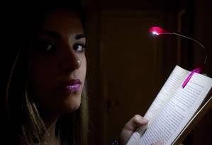 Insônia crônica. Quando não consegue dormir, Roberta Rangel passa a noite lendo Foto: Custódio Coimbra / Agência O Globo