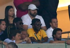 Usain Bolt, de casaco preto e óculos escuros, no Maracanã para acompanhar Brasil x Alemanha, decisão do ouro no futebol Foto: UESLEI MARCELINO / REUTERS