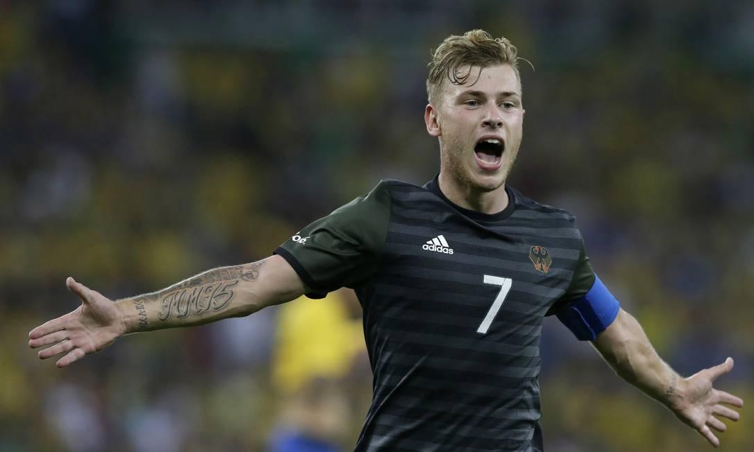 O alemão Maximilian Meyer comera após marcar o gol de empate Leo Correa / AP