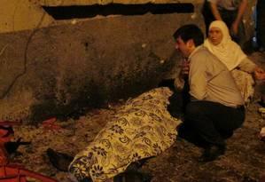 Um homem e uma mulher lamentam ao lado do corpo de uma vítima da explosão Foto: STRINGER/TURKEY / REUTERS