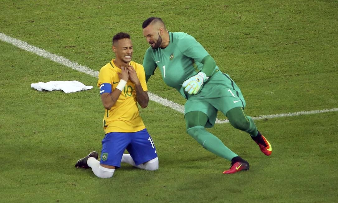 O goleiro Weverton Pereira corre para abraçar Neymar com a bola que decidiu a partida por baixo da roupa MURAD SEZER / REUTERS