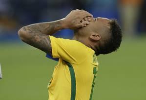 Neymar celebra a cobrança que garantiu a vitória contra a Alemanha e o ouro olímpico Foto: Leo Correa / AP