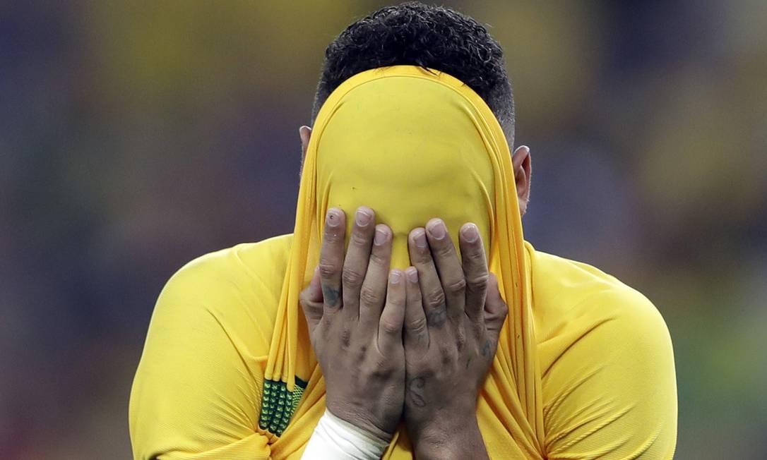 Neymar chora sem parar após marcar o gol decisivo da partida decidida por pênaltis Andre Penner / AP