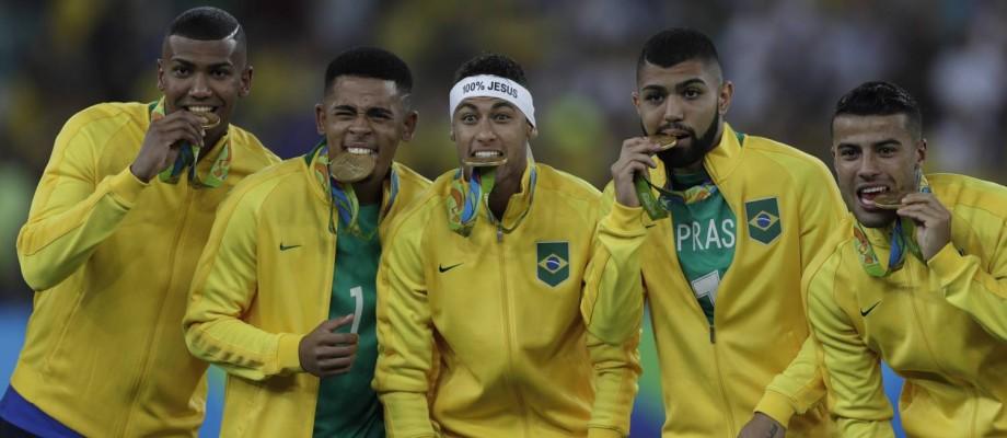 Neymar e cia. coemoram com medalhas de ouro Foto: ANTONIO SCORZA / Agência O Globo