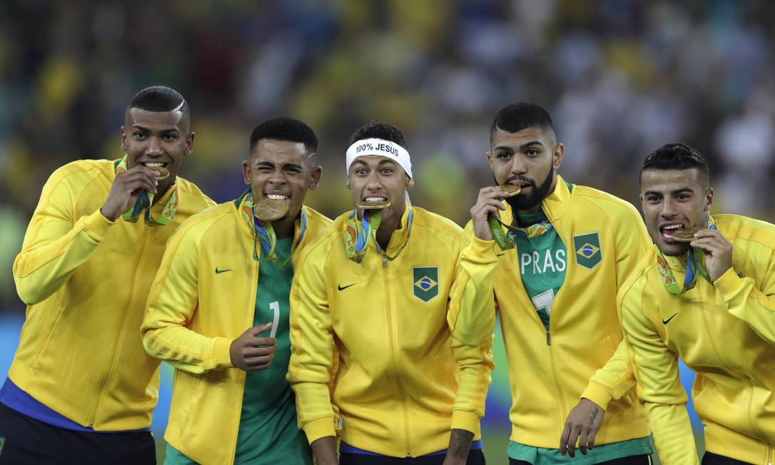 Parte da seleção celebra o primeiro ouro olímpico do futebol brasileiro Antonio Scorza / Agência O Globo