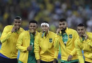 Jogadores da seleção brasileira de futebol festejam conquista ouro inédito Foto: ANTONIO SCORZA / Agência O Globo