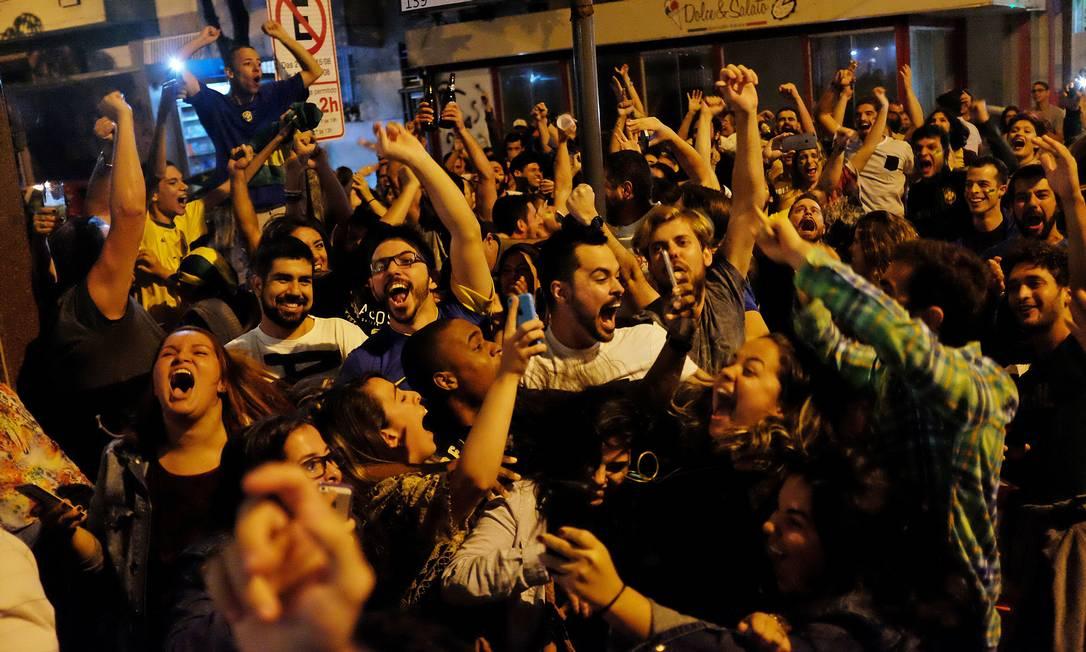 Em Copacabana, bares viraram pontos de encontro para a torcida David Goldman / AP