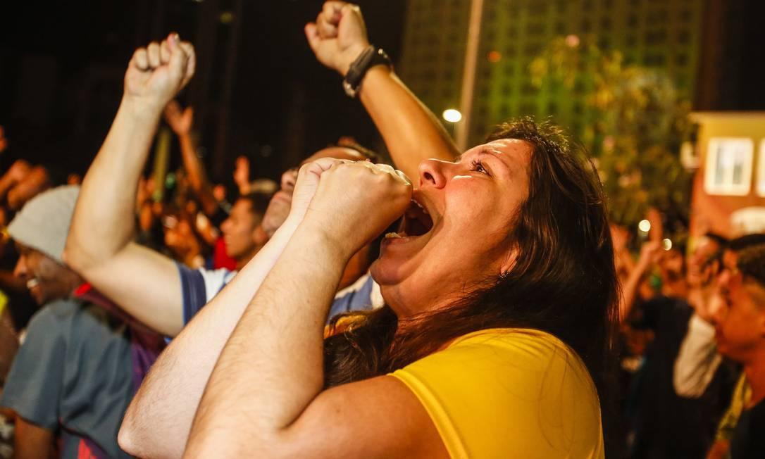 Em frente ao telão da Praça Mauá, sobrou emoção durante o jogo tenso Barbara Lopes / O Globo