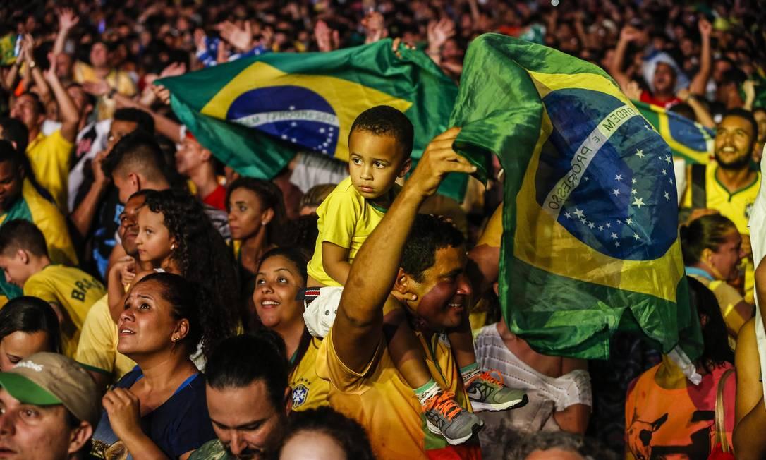 Famílias foram à Praça Mauá para torcer pelo Brasil Barbara Lopes / O Globo