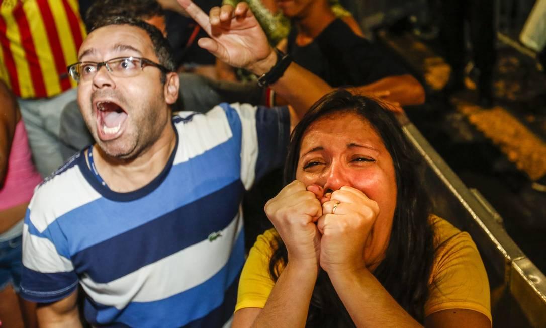 Torcedores no Boulevard acompanham apreensivos os lances do Brasil x Alemanha Barbara Lopes / O Globo